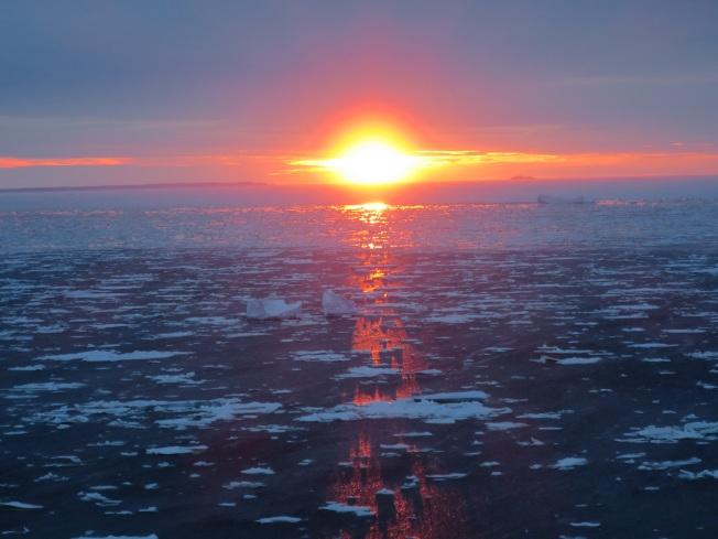 特威林蓋特的海上滿滿的浮冰和遠處的冰山,映著夕陽, 滿是詩意。