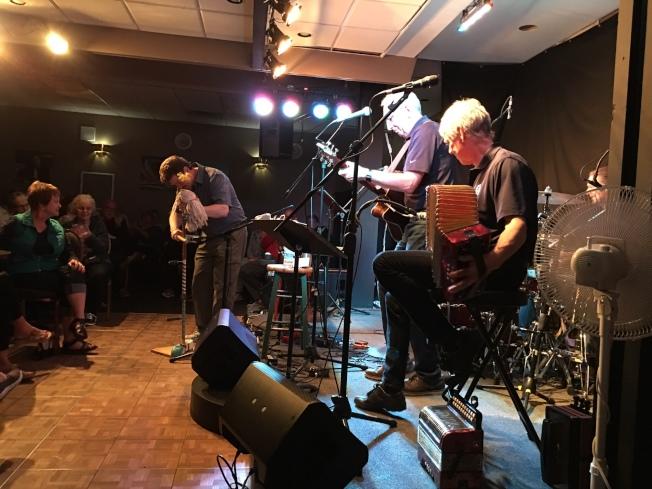 格羅斯莫爾那國家公園旅館中的樂隊演奏紐芬蘭音樂。