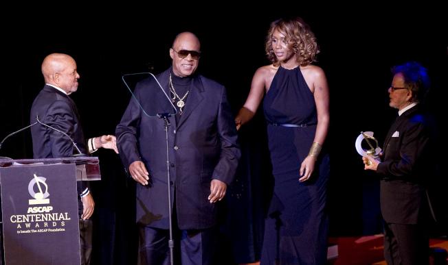 67歲盲人歌手史提夫汪達風流韻事不少,如今他梅開三度,迎娶42歲的妻子。(美聯社)