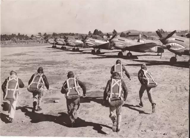 當空襲警報拉響時,穿戴好降落傘的美國飛行員們,飛快跑向他們的戰機,升空驅趕來犯的日軍飛機。1943年1月13日攝於中國。(中國深圳市越眾歷史影像館)