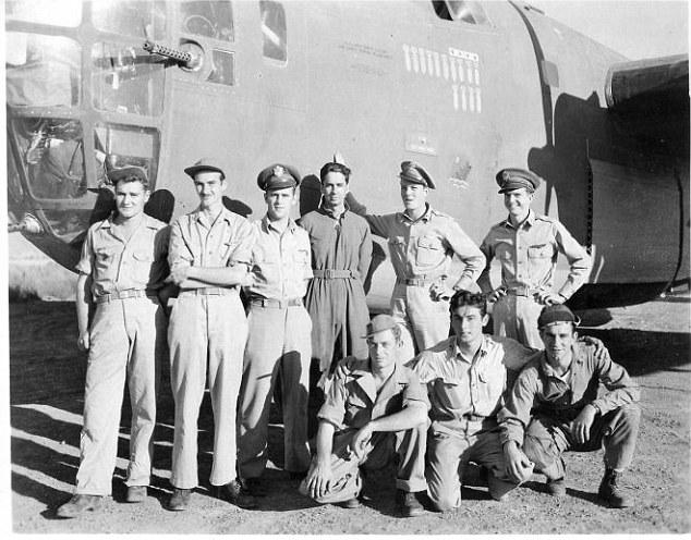 奧斯福德(後立左三)及其機組人員。(資料照片)