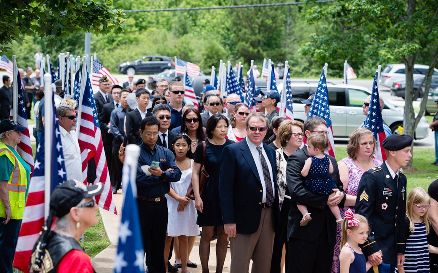 「駝峰英雄」奧斯福德移靈回亞特蘭大家鄉康科德,葬禮場面感人,送殯隊伍中不乏華人臉孔。(王本桓提供)