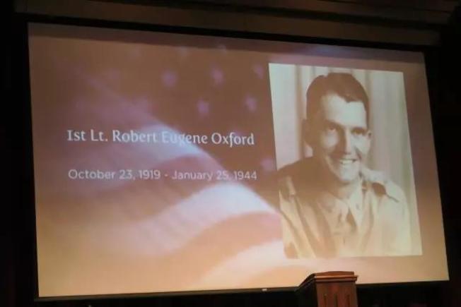奧斯福德葬禮上的投影片,介紹其生平事蹟。(王本桓提供)