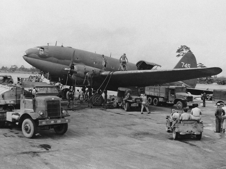 美軍運輸機正裝載物資,準備飛越駝峰援助中國。(美聯社)