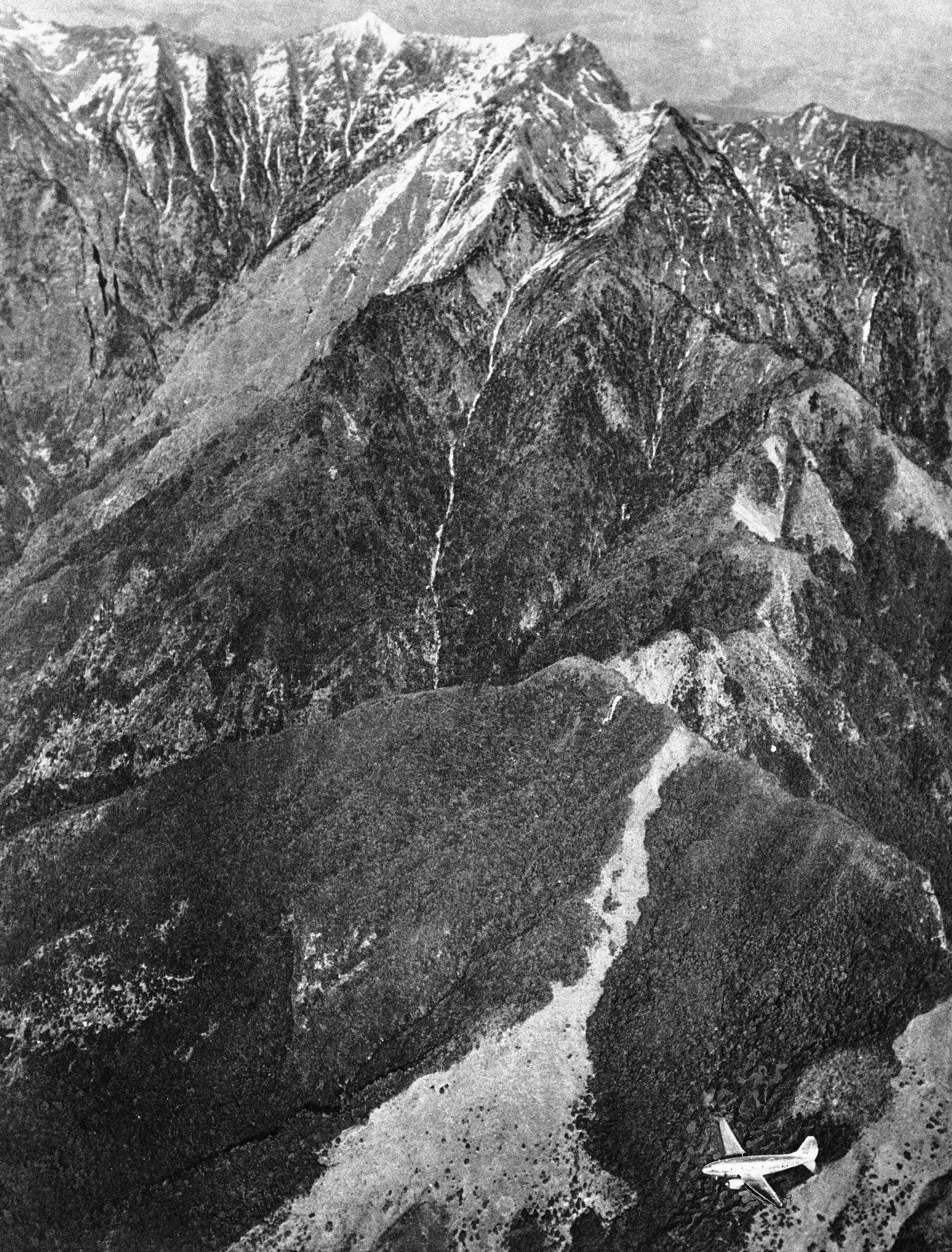 美國在二次大戰時,派空軍飛越喜馬拉雅山,載運物資援助中國。圖為一架C46運輸機正飛越駝峰。(美聯社)