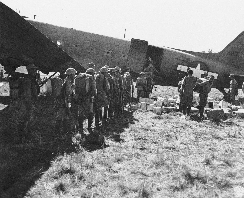 美軍運輸機飛越駝峰,除載運物資,也從緬甸戰場載運中國軍隊回國參加戰鬥。(美聯社)