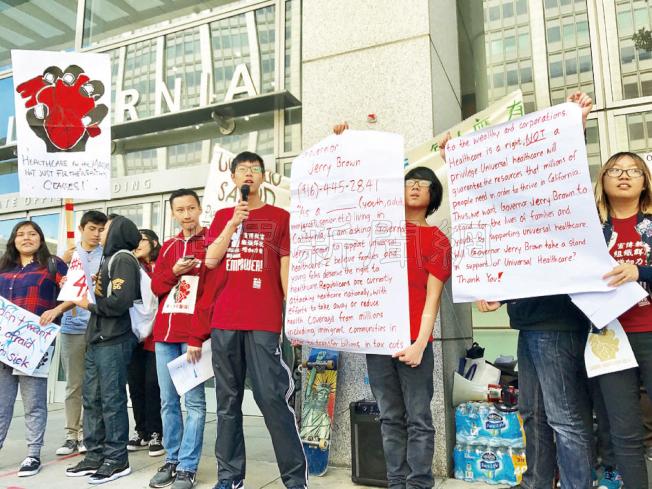 華人進步會青年正義與組織行動成員呼籲公眾撥打州長布朗的辦公室電話陳述全民健保的迫切性。(記者黃少華/攝影)