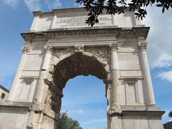 羅馬市內矗立的公元一世紀古蹟提圖斯凱旋門,乃紀念羅馬帝國攻占耶路撒冷的勝利標誌。