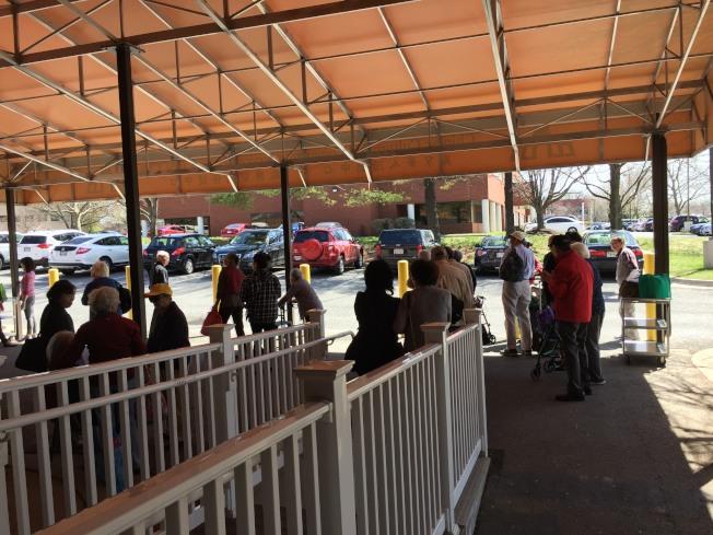 歡樂中心老人們用完午餐,等候巴士送回家。(特派員許惠敏/攝影)