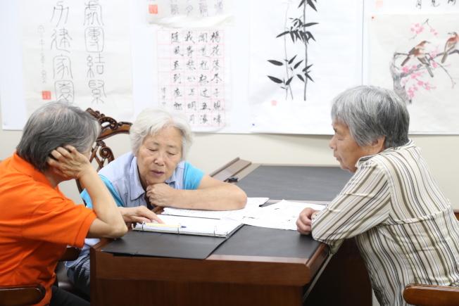 老人日間中心活動多樣,打太極、學英文、唱歌、下棋、跳舞等。(記者羅曉媛/攝影)