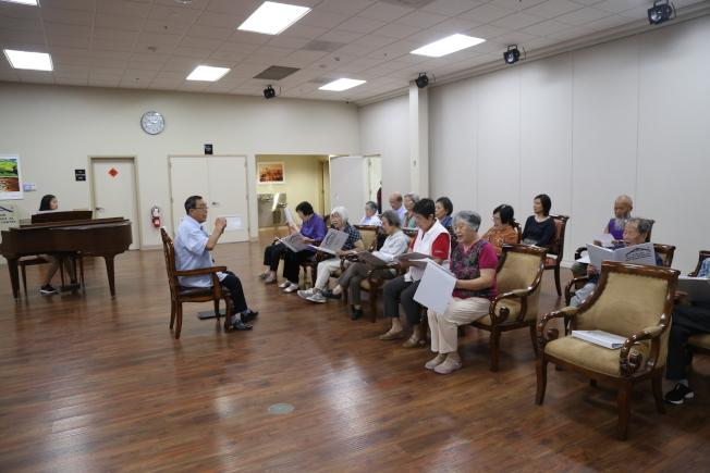 老人日間中心活動多樣,打太極、唱歌、下棋、跳舞等。(記者羅曉媛/攝影)