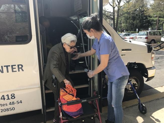 各老人日間中心都提供車接車送服務,上下車還有護工攙扶。(記者羅曉媛/攝影)