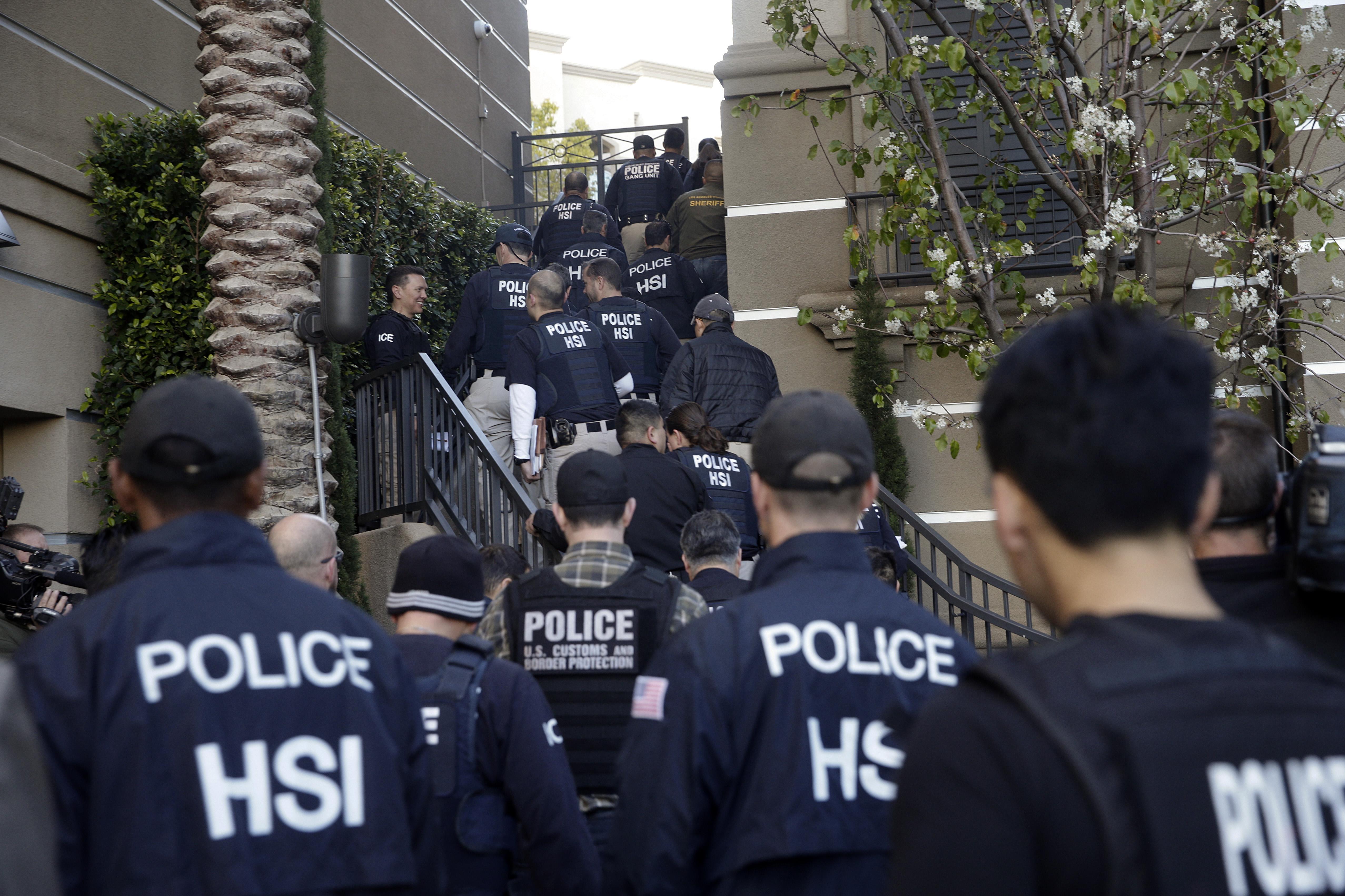 大批聯邦執法人員2015年3月3日清晨突襲加州爾灣高級社區公寓內的月子中心。(美聯社)