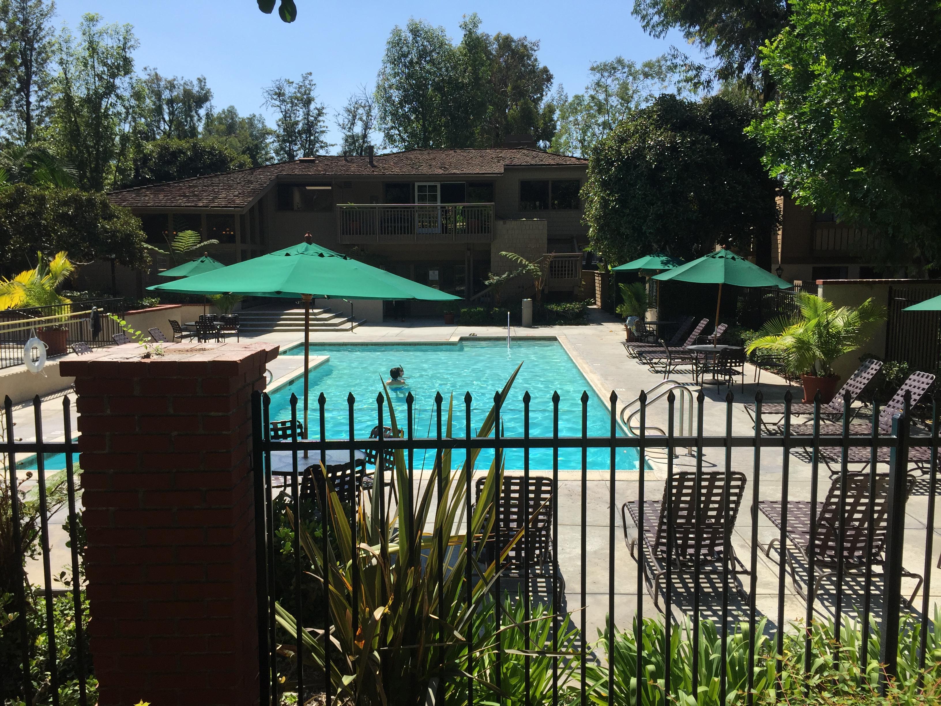 位於洛杉磯羅蘭岡的泳池、健身房一應俱全的孔雀園內,過去大腹便便的大客孕婦隨處可見。(記者高梓原/攝影)