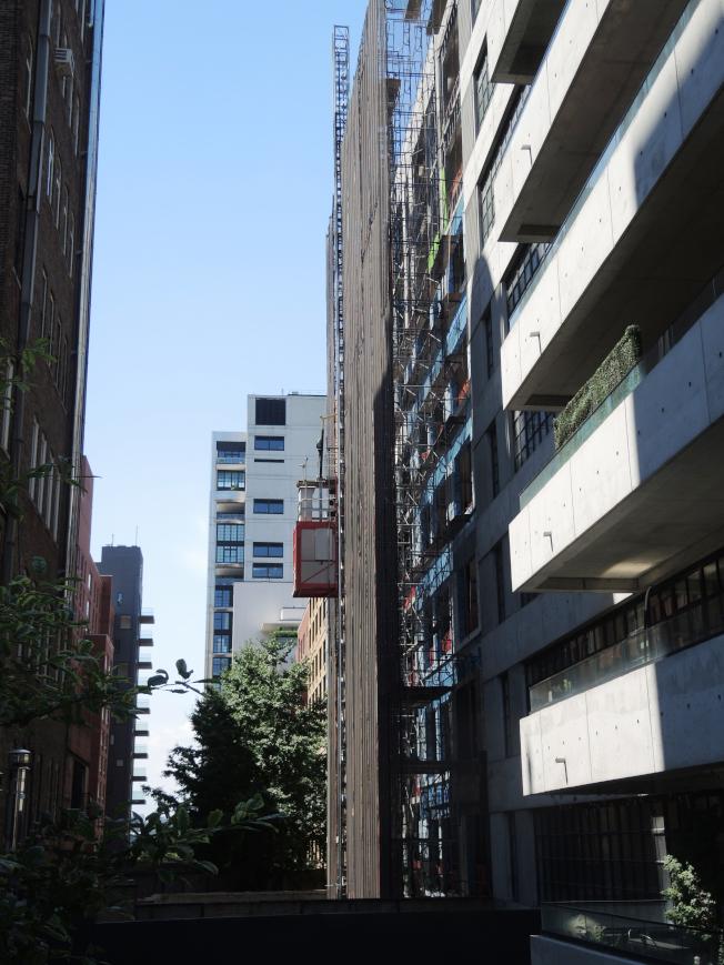 高線公園附近豪華公寓如雨後春筍般湧現。(記者俞姝含/攝影)