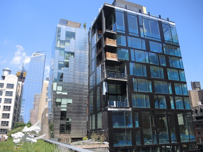 10大道239號建起豪華公寓樓。(記者俞姝含/攝影)