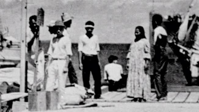 圖中央那位坐在碼頭上 、背對著鏡頭的女子,被懷疑是厄哈特。(國家檔案局)