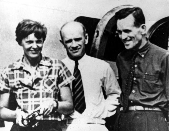 厄哈特(左)失蹤前在新幾內亞機場拍下最後一張照川,右為導航員努南。(美聯社)