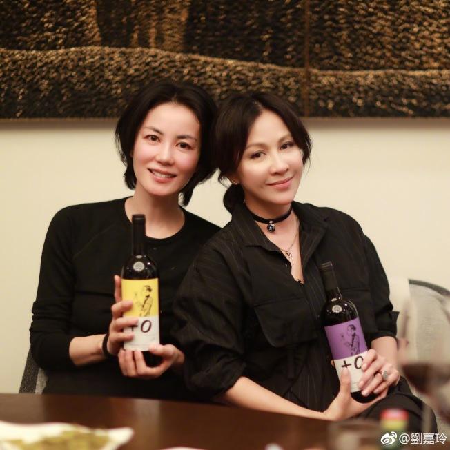 劉嘉玲(右)作起紅酒生意。(取材自微博)