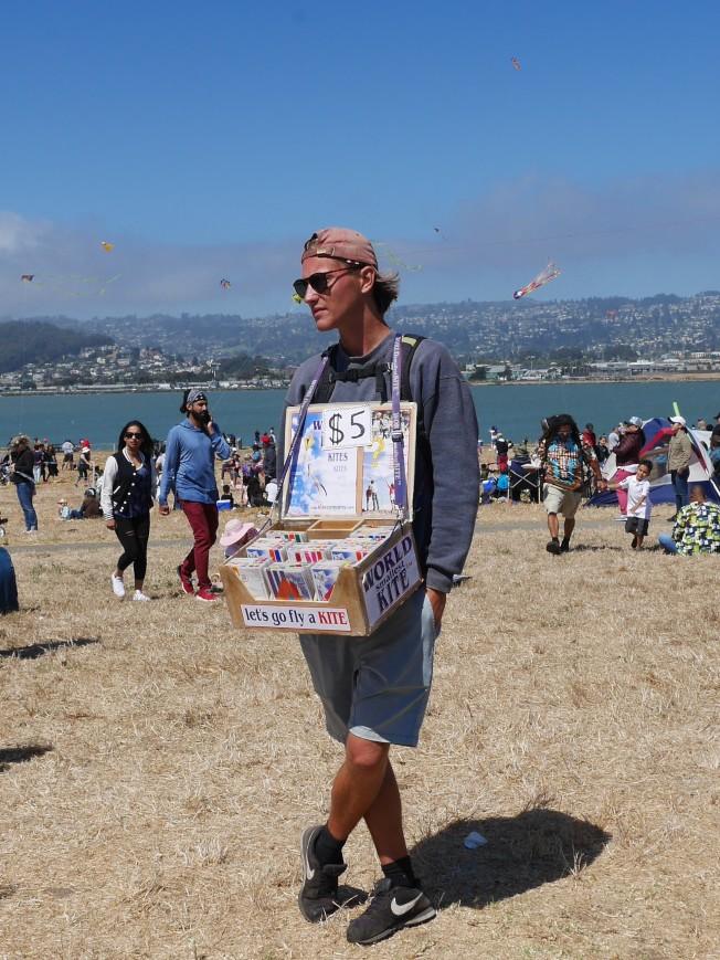 小販出售「世界最小的風箏」,大約半個手掌大。