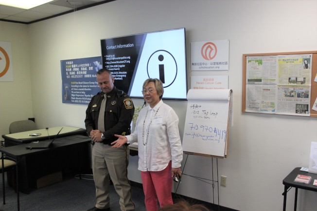 「心理危機干預反映團隊」說明會,NAMI福遍華人支持小組聯絡人林美絢(右)、福遍縣警官索蘭(Scott Soland)(左)。(記者郭宗岳/攝影)