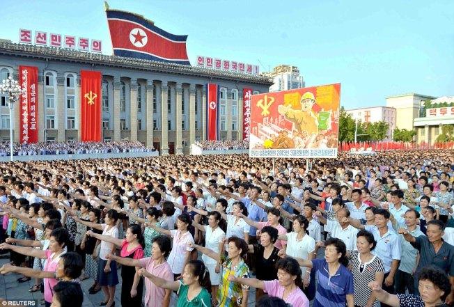 數千北韓人集會平壤,怒拳挺金正恩。(路透)