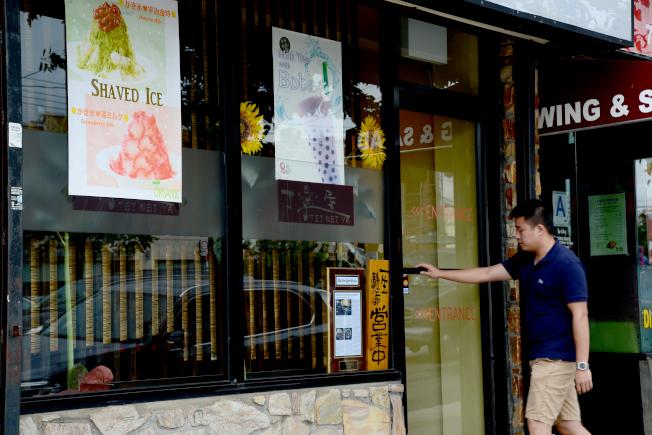 小頸北方大道發展成美食街,有各式餐飲。圖為民眾到日本料理店丁寧屋消費。(記者許振輝/攝影)