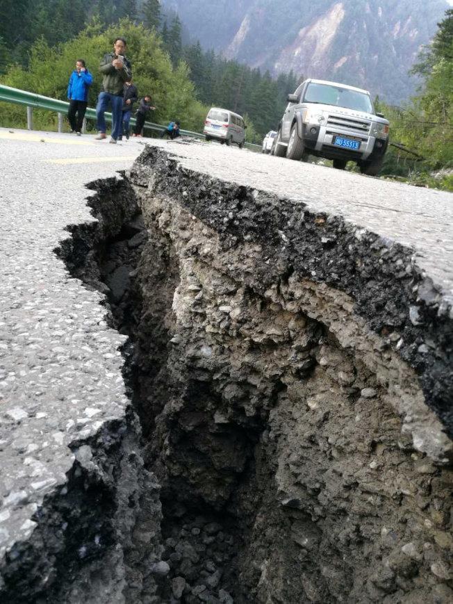 九寨溝地震後,路面上出現裂縫。(路透)