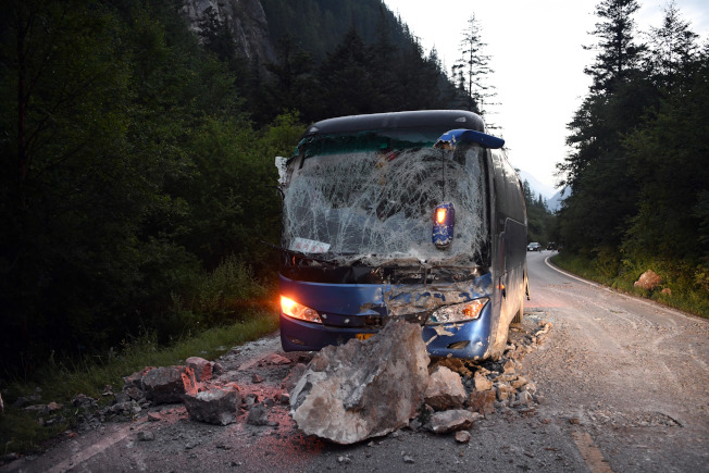 被落石砸中的大巴車。(新華社)