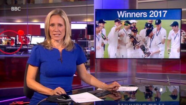 英國廣播公司8日晚新聞直播時,被網友發現新聞編輯部有員工正在觀看成人影片(紅圈處)。(取材自YouTube)