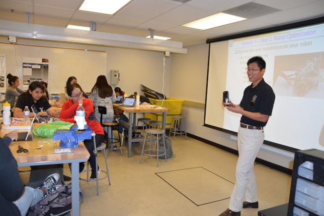 洛州大為女孩開設暑期班,沈賀教授(右)講解小機器人編程原理。(記者丁曙/攝影)