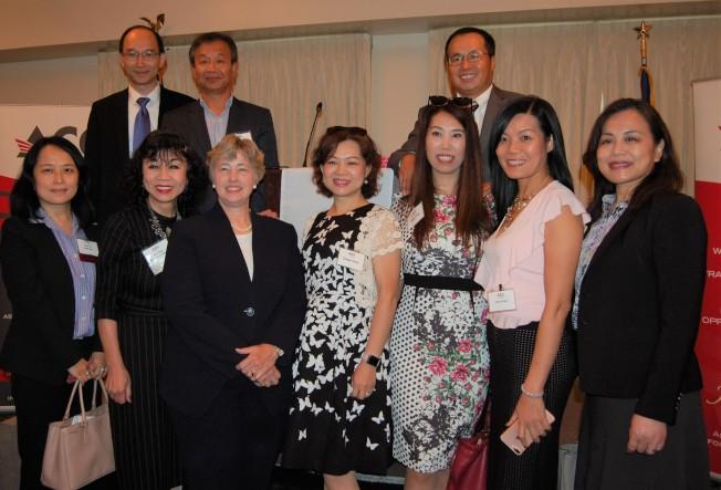 休士頓前市長Annise Parker(前排左三)與亞裔商會董事會主席趙紫鋆(後排右一)、譚秋晴(前排左二)與會員、來賓們合影。(記者賈忠/攝影)