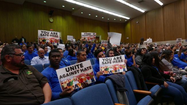 委員會討論無證移民保護,一些支持者到場支持移民保護提案。(記者李雪/攝影)
