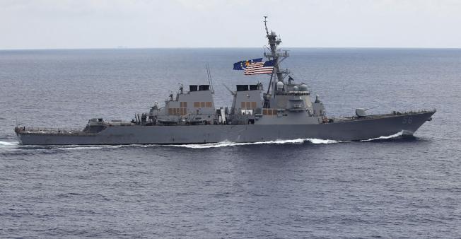 美軍主張自由航權,驅逐艦「馬侃號」10日駛近南海美濟礁6海里內海域。(美聯社)