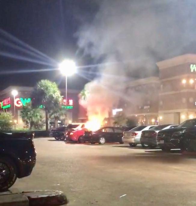 敦煌廣場發生汽車起火事件。(讀者提供)