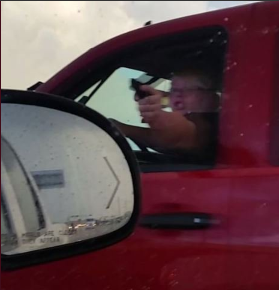 25歲嫌犯Amanda Downs持槍狀刀具威脅他人遭通緝。(休士頓警局提供)