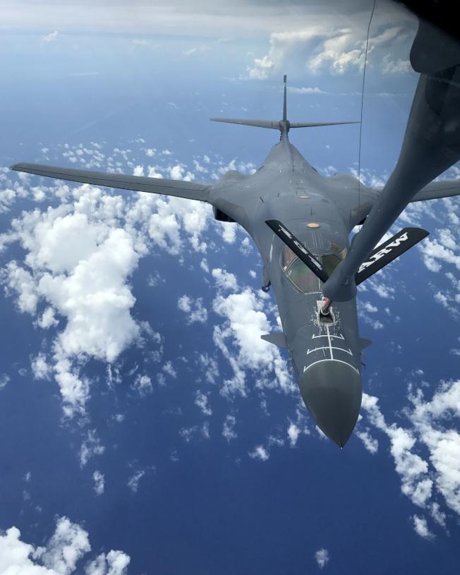 美軍B-1B隱形轟炸機連日演練,從關島直飛朝鮮半島,圖為該機進行空中加油。(Getty Images)