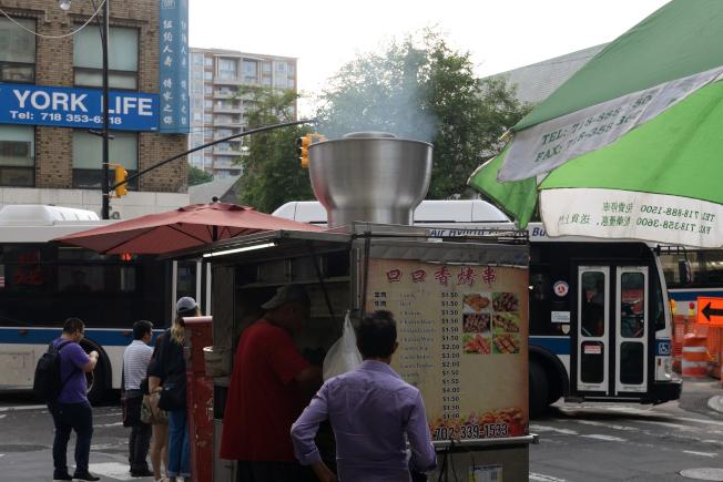 法拉盛烤肉攤濃煙大,屢被民眾投訴。(記者朱澤人/攝影)