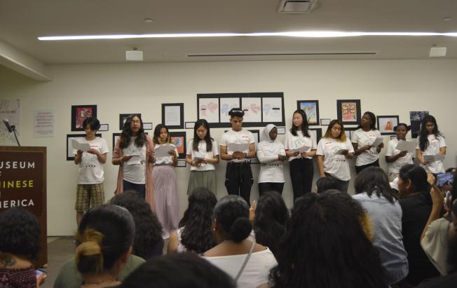 實習生為到場者帶來反歧視詩詞朗誦。(記者俞姝含/攝影)