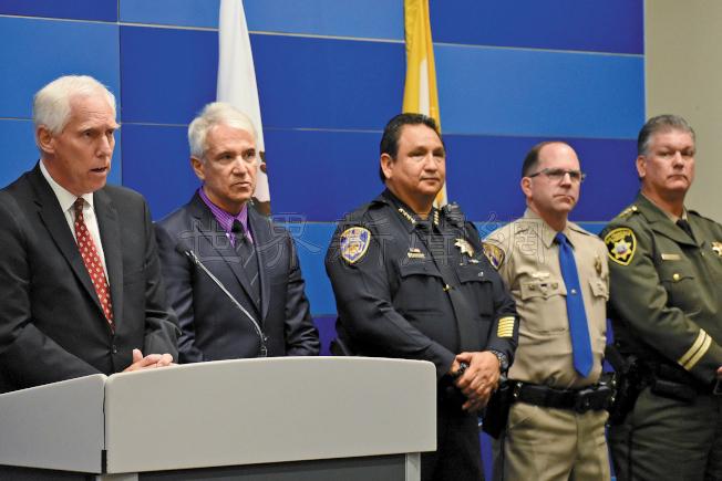 各級執法首長公布大規模的緝捕偷竊賊行動,左起為聖馬刁地方檢察長韋斯達夫、舊金山地檢長賈斯康、德利市警察局長馬蒂尼茲、加州公路巡警分局長芬塔納及法警局長佛爾曼等。(記者李秀蘭/攝影)