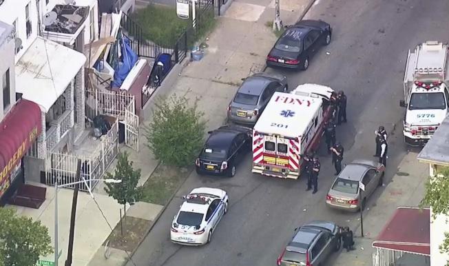 布碌崙10日發生一名警員遭槍擊後,警方和急救單位在現場處理。(美聯社)