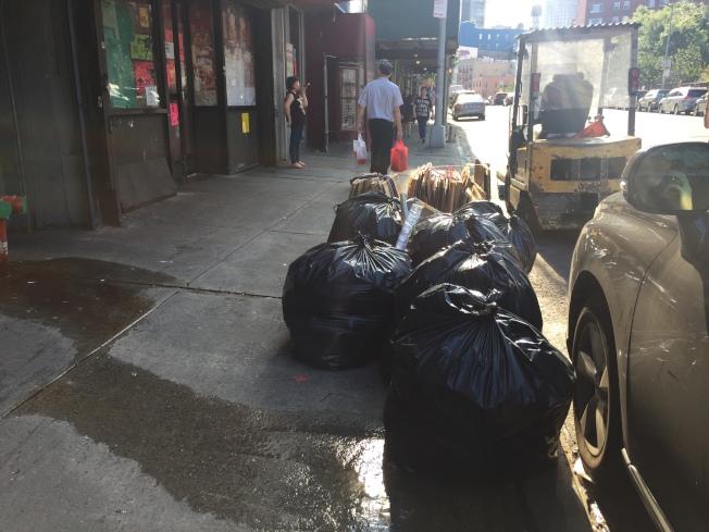 商業垃圾清理成為華埠小商家的難題。(記者俞姝含/攝影)