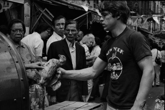 在1980年堅尼路上賣雞的小販。(歷史儲存協會提供)
