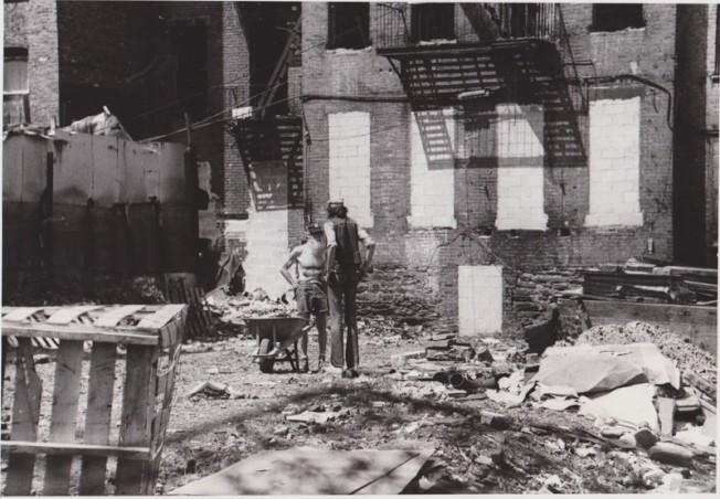 1980年愛烈治街(Eldridge St.)的建築工人。(歷史儲存協會提供)