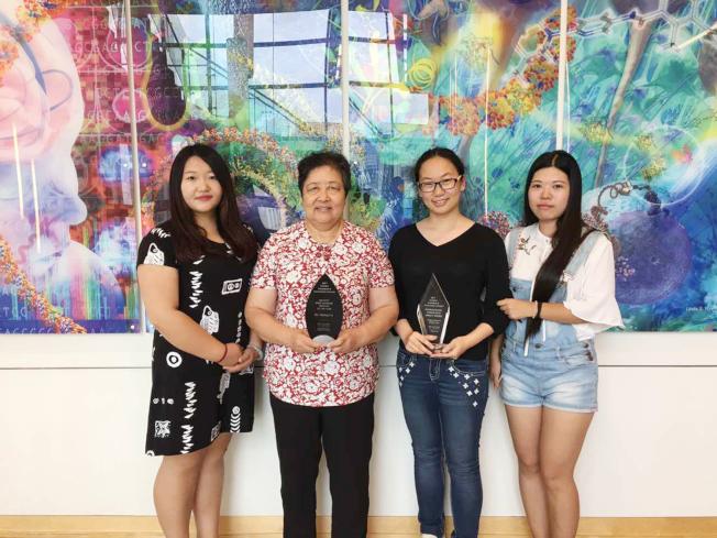 (見報)愛默蕾大學中國學生學者聯誼會主席葉茹(左起)、指導老師顧履冰、前主席蕭清揚、財務部副主席宋皓璨,分享獲獎榮譽。(CSUE提供)