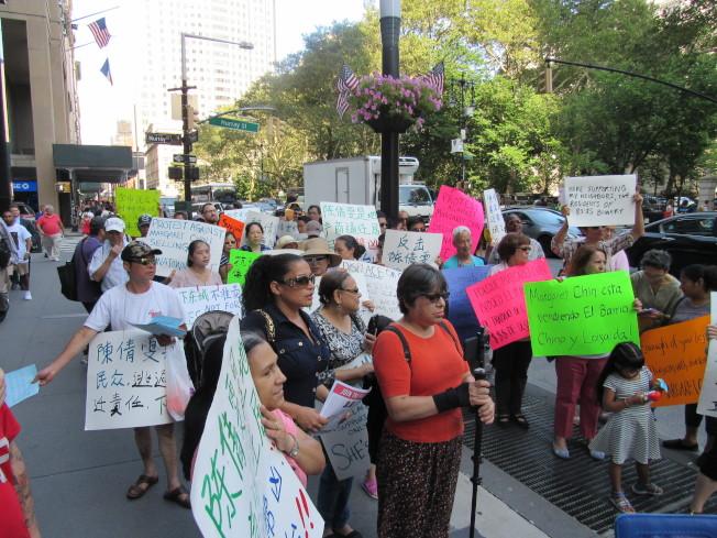 大批民眾聚集在陳倩雯辦公室樓下抗議,高喊她「出賣華埠」。(記者顏嘉瑩/攝影)