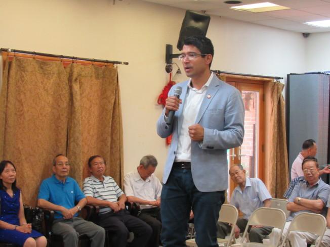 萬齊家10日拜訪聯成公所,希望獲得華埠支持競選連任。(記者顏嘉瑩/攝影)