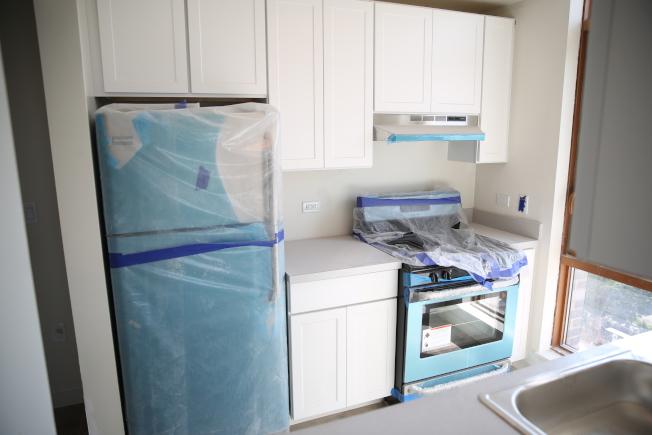 老人公寓寬敞且無障礙的全新廚房。(記者洪群超/攝影)