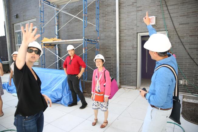 亨德森(右一)和裴麗拉(左一)向陳倩雯(右二)介紹老人公寓的社區活動和設施。(記者洪群超/攝影)