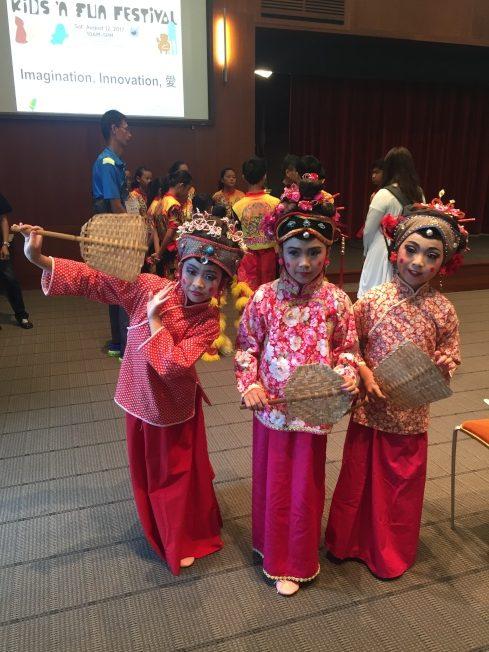 歌仔戲傳習班的三位國小學生演出梁祝中經典片段-「王婆掛招牌」,流利台語、逗趣妝容讓觀眾捧腹大笑。(記者林亞歆/攝影)